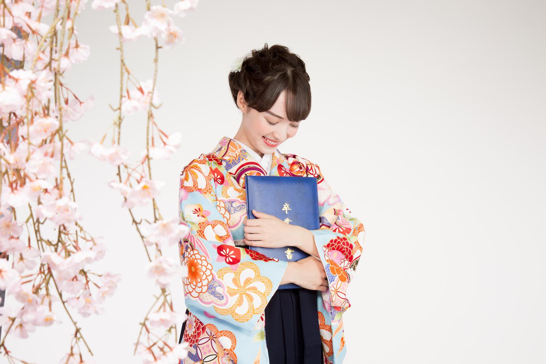 卒業証書を手にする袴姿の女性